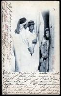 CPA ANCIENNES- AFRIQUE- TUNISIE- UNE FAMILLE ARABE DE TUNIS  DEVANT LA PORTE EN 1900- TRES GROS PLAN - Tunisie