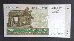 SF0610 - Madagascar 200 Ariary Banknote 2004 #B7671113P UNC - Madagascar