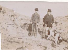 Photo Albumine - Hommes Au Chapeau Melon Sur Les Rochers Avec Chien (Ca 1900) - Photos