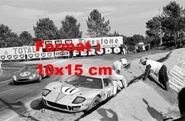 Reproduction D'une Photographie Ancienne D'une Ford GT40 Arrêtée Sur Le Côté Aux 24 Heures Du Mans En 1968 - Reproducciones
