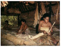 (A 33) Fiji - Traditional Weaving Women In Cultural Center - Fidschi