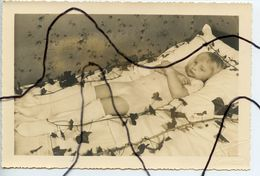 PHOTOGRAPHIE Mortuaire . Post-Mortem. Enfant Couché Sur Son Lit . Mort. Décès. Défunt . Photo DELORME L'ARBRESLE - Personnes Anonymes