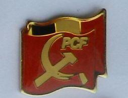P125 Pin's Politique PCF Parti Communiste Marteau Faucille Drapeau France Petit Modèle Long 17 Mm Achat Immédiat - Administrations