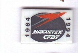 D61 Pin's Syndicat Cfdt Hacuitex Habillement Cuir Textile Qualité Porcelaine Signé Tosca Limoges Achat Immédiat - Administrations
