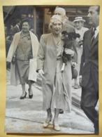 Photo De Presse Belga Originale: Reine Elisabeth Et Comtesse Carton De Wiart, Aérodrome Bruxelles. 3/7/1959 - Berühmtheiten