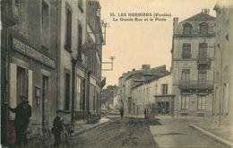 VENDEE  LES HERBIERS  La Grande Rue Et La Poste - Les Herbiers