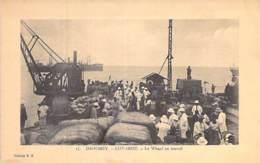 AFRIQUE NOIRE - DAHOMEY (actuel MALI) COTONOU : Le Wharf Au Travail ( Bonne Animation ) Jolie CPA - Black Africa - Dahomey