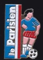 65756- Pin's-Télévision.médias.Cinéma-le Parisien.Journal.Presse.Football. - Médias