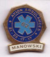 R319 Pin's Médecine Ambulance Ambulances Manowski à Avion Pas-de-Calais Achat Immédiat - Avions
