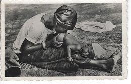 NIGER - AFRIQUE - Belle Vue D'un Bébé Recevant Un Lavement Au Piment - Niger