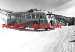 Reproduction D'une Photographie D'un Ancien Bus Chausson HZ Faisant Un Demi-tour Sur Une Piste - Repro's
