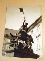 Prague Castle. Statue Saint George - Monumentos