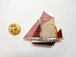 Superbe Big Pin's En EGF , Marine Bateau Voilier Potr Piwisi GX 3929 , François Tristan , Les Sables D'Olonne ,signé JYS - Barcos