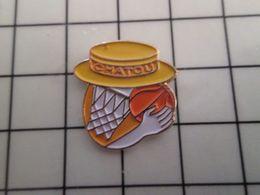 415b Pin's Pins / Rare & Belle Qualité !!! THEME : SPORTS / BASKET-BALL CHATOU BALLON PANIER CHAPEAU CANOTIER - Baloncesto