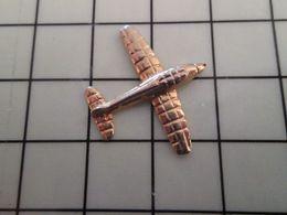 415b Pin's Pins / Rare & Belle Qualité !!! THEME : AVIATION / METAL JAUNE AVION DE TOURISME AVEC LES AILES MATELASSEES ? - Avions