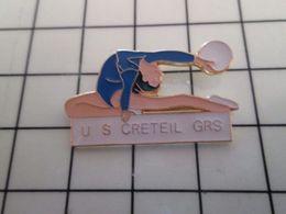 415b Pin's Pins / Rare & Belle Qualité !!! THEME : SPORTS / GYMNASTIQUE FEMININE FILLE EN MAILLOT MOULANT US CRETEIL GRS - Ginnastica