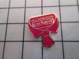 415b Pin's Pins / Rare & Belle Qualité !!! THEME : MARQUES / COL DE CHEMISE ET CRAVATE LA CHEMISERIE CACHAREL - Médias