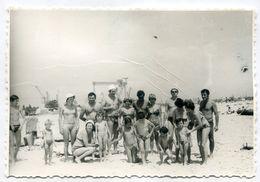 PHOTO ORIGINALE , Group En Maillot De Bain Sur La Plage , Dim. 13.5 Cm X 8.5 Cm - Anonyme Personen