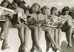 CPM 6 Femmes Assises Sur Un Muret Lisant Un Journal - Photo Betzler - Pin-Ups