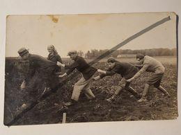 Photo Vintage. Original. Les Agriculteurs Récoltent. Photo Humoristique. Lettonie D'avant-guerre - Objetos