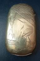 Ancienne Boite Pyrogène En Métal Joliment  Gravé - Autres