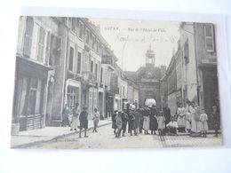 A Vendre Carte Postale De Givry. Rue De L'hotel De Ville. Nombreux Personnages. Petit Prix - Givry En Argonne