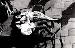 Gde Photo Originale Sieste Et Farniente Pour étalage De Pin-Up Au Soleil Sur Banc Publique Vers 1970/80 - Pin-up