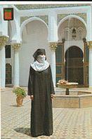 Carte Postale. Maroc Typique. Femme En Habits Traditionnels, Djellaba Et Voile Dans Riad. Etat Moyen. - Monumentos