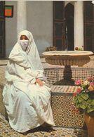 Carte Postale. Maroc Typique. Femme En Habits Traditionnels, Haïk Et Voile Dans Riad. Etat Moyen. - Monumentos