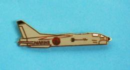 1 PIN'S  //   ** F-8E CRUSADER / SUR PORTE-AVIONS / MARINE NATIONALE FRANÇAISE ** - Avions