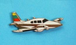 1 PIN'S  //   **  AVION BIMOTEUR / PIPER PA-34-200T SENECA V / AIRCRAFT ** - Avions