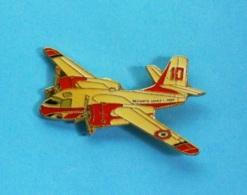 1 PIN'S  //   ** SÉCURITÉ CIVILE / AVION BOMBARDIER D'EAU / CANADAIR CL 415 / CL 215 ** . (J.Y.Ségalen ©) - Avions