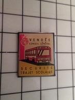 415a Pin's Pins / Rare & Belle Qualité !!! THEME : TRANSPORTS / TRANSPORT SCOLAIRE VENDEE BUS AUTOBUS - Transportes