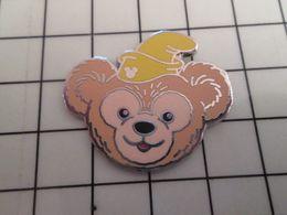 415c Pin's Pins / Rare & Belle Qualité !!! THEME : DISNEY / OURSON AVEC UN BONNET JAUNE - Disney