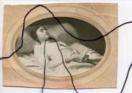 PHOTOGRAPHIE Mortuaire . Post-Mortem. Une Femme Couchés Sur Son Lit . Mort. Décès. Défunt . - Personnes Anonymes