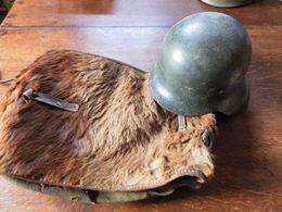 Armée Allemande Casque 39 X 45 Et Son Avresac  En L'état - Helme & Hauben