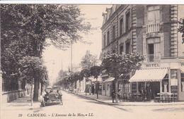 14 CABOURG L'avenue De La Mer ,façade Hôtel Avec Personnel Et Terrasse ,voiture - Cabourg