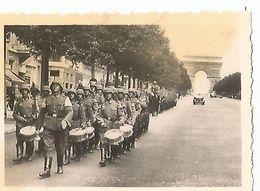 Orig Photo All WW2 :  Soldats Allemands ,  Défilé à PARIS . Musique . Champs Elysées . - 1939-45