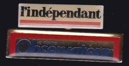 65767-Lot De 2  Pin's-Journal.Presse.Magazine.Var Matin.l'indépendant.nouvel Observateur. - Médias