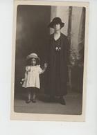 FEMMES - FRAU - LADY - MODE - Belle Carte Photo Femme Et Fillette élégantes Avec Chapeau Au Début Du XXème Siècle - Moda
