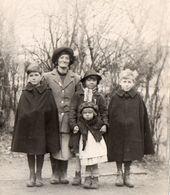BELLE FAMILLE A IDENTIFIER Année 1930 ,Enfants Garçons Manteau ,Capuchon Trois Filles  PHOTO  Impeccable 13cmX9cm - Professions