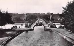 ** Lot De 2 Cartes ** 45 - BRIARE : Le PONT CANAL - CPSM Dentelée Format CPA - Loiret ( Barge - Briare