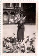 Photo Originale Portrait De La Pin-Up Aux Oiseaux, Attaquée Par Les Pigeons En 1936 Sur Une Place à Identifier - Pin-up