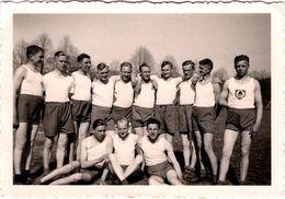 Photo Originale Guerre 1939/45, Les Jeunes Soldats De Römhild Ville En Allemagne Vers 1940 En Tenues De Sport - Pin-up