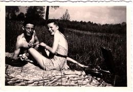 Photo Originale Couple Amoureux & Sexy Sur Couverture & Gramophone Vers 1930/40 - Maillots De Bains & Complicité - Objetos