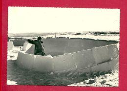 C.P. Esquimaux  -  Eskimos  = Construction  De  L'  IGLOU - América