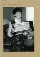 PHOTO PRESSE   BESANCON  Jacqueline  BAS  Gagne  10  Millions De Francs Au Loto En 1985 - Personnes Identifiées