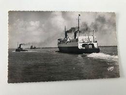 Carte Postale Ancienne (1956) DUNKERQUE Le Ferry-boat Quittant Le Port - Schiffe