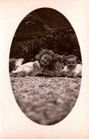 Photo Originale En Médaillon, Portrait D'Enfants Sur Peau De Bête Et Ours En Peluche Au Centre Un 03 Juillet 1933 - Objetos
