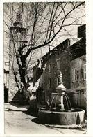 Carte Postale La Roquebrussanne - Place De La Fontaine Et L'Horloge - La Roquebrussanne